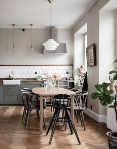 Farmhouse Kitchen Decor Ideas: Great Home Improvement Tips You Should Know! You need to have some knowledge of what to look for and expect from a home improvement job. Farmhouse Style Kitchen, Home Decor Kitchen, Interior Design Kitchen, Home Kitchens, Kitchen Ideas, Modern Kitchens, Kitchen Modern, Kitchen Trends, Luxury Kitchens