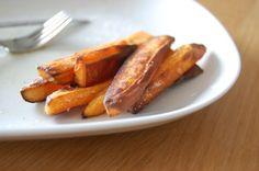 Zoete aardappel friet; toch wel dé vervanger voor 'gewone' friet wanneer je paleo eet. Ik laat je zien hoe je ze ook nog lekker knapperig van buiten maakt!