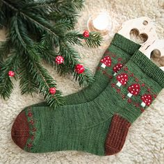 Magic Toadstool socks pattern by Stone Knits - socken - Knitting Ideas Debbie Macomber, Knitting Socks, Knit Socks, Easy Knitting, Knit Patterns, Knitting Patterns Free, Yarn Crafts, Knitting Projects, Mittens