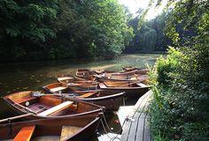 Boote an einem Steg am Emmasee.