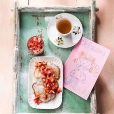 Zoet! Tip voor moederdag: Mueslipannenkoekjes met aardbeien voor ontbijt op bed.