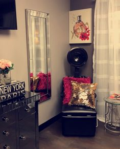 Pinterest    @plugbarbiie Home Beauty Salon, Home Hair Salons, Beauty Salon Decor, Beauty Salon Interior, Beauty Room, Glam Hair Salon, Salon Interior Design, Salon Style, Decorating Small Spaces