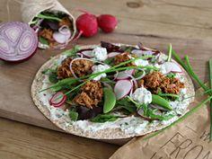 Fullkornswraps med tunfisk og gressløkdressing er sunne og smaksrike lunsjpakker som er enkle å ta med seg på jobb eller ut på tur.