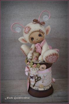 Petite créature elfique en laine cardée et sa  bobine de bois vintage