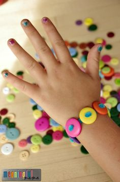 Pipe Cleaner and Button Bracelets - Button crafts - Arts And Crafts For Adults, Crafts For Teens To Make, Easy Arts And Crafts, Button Crafts For Kids, Pipe Cleaner Crafts, Pipe Cleaners, Art And Craft Videos, Vbs Crafts, Cork Crafts