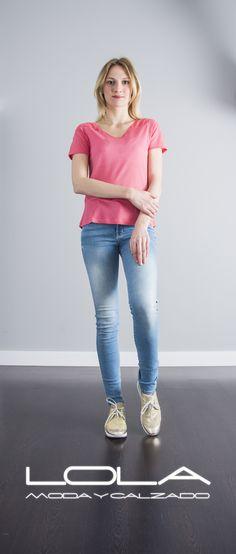 Y cuando te quites tu cazadora luce tu blusa rosa.  Pincha este enlace para comprar tu blusa en nuestra tienda on line:  http://lolamodaycalzado.es/primavera-verano/603-blusa-rosa-con-manga-corta-salsa.html