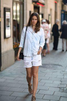 Light denim - Caroline B Light Denim, Zara Fashion, Womens Fashion, Fashion Trends, Street Style Stockholm, Stockholm Streetstyle, Shorts Jeans Branco, Mode Zara, Denim Claro