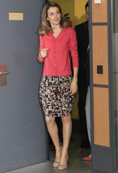 Look de día Otoñal conjunto de falda con estampado floral abullonada y chaqueta coral