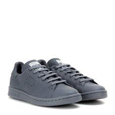 """Adidas by Raf Simons - Baskets en cuir Raf Simons Stan Smith - Adidas réédite ses mythiques Stan Smith pour le plus grand plaisir des nostalgiques de l'iconique basket. Le géant allemand s'allie avec le créateur belge Raf Simons et imagine la basket grise. Et pour marquer qu'il s'agit bien d'une nouvelle ère mode, ces chaussures sont estampillées du """" R """" faisant écho au styliste. seen @ www.mytheresa.com"""