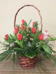 Excelente cesta elaborada con tulipanes de gran calidad y frescura,tonos alegres y naturales, adornados con verdes y paniculata.¿Por qué en Les flors de Nuria