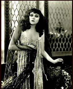 """Portrait of Theda Bara in """"Salome"""" directed by J.Gordon Edwards 1918 Via theredlist Glamour Hollywoodien, Old Hollywood Glamour, Vintage Glamour, Vintage Hollywood, Vintage Beauty, Classic Hollywood, Vintage Ladies, Hollywood Cinema, Cleopatra"""