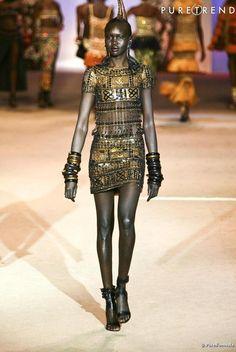 Yves Saint Laurent : Une robe de la collection africaine portée par Alek Wek - rétrospective 2002