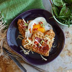 Rugvafler med ost, stekt egg og supercrispy bacon er alt du trenger til en superdigg helgefrokost. Vaflerne funker også suverent som turmat og matpakke.
