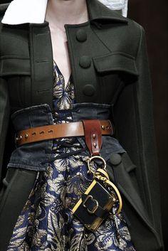 Guarda la sfilata di moda Prada a Milano e scopri la collezione di abiti e accessori per la stagione Collezioni Autunno Inverno 2016-17.
