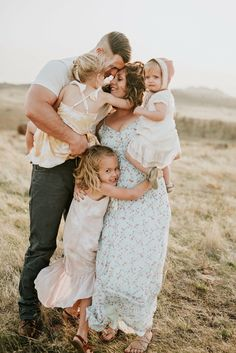 That Spring palette though 😍 Spring Family Pictures, Summer Family Pictures, Family Photos, Family Posing, Family Portraits, Family Picture Outfits, How To Pose, Fall Family, Lifestyle Photography