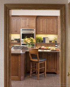 Idea of the Day: Medium-stained brown wood kitchen cabinets. (By Crown Point Cabinetry) Wood Floor Kitchen, Wood Kitchen Cabinets, Crown Point Cabinetry, Wood Floor Stain Colors, Breakfast Bar Kitchen, Breakfast Bars, Grey Walls Living Room, Fixer Upper Kitchen, Kitchen Lighting Design