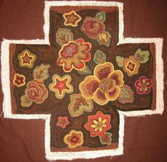 Square Pocketful Footstool hooked by Gail Soileau Rug Hooking Patterns, Rug Patterns, Rug Inspiration, Hand Hooked Rugs, Penny Rugs, Geometric Rug, Floral Rug, Rug Making, Fiber Art
