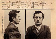 Foto segnaletica di Mussolini nel periodo svizzero (1903), quando fu arrestato dalla polizia elvetica perché sprovvisto di documento d'identità. Il cartello riporta l'erronea dicitura Mussolini Benedetto.
