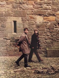 """Dragonfly in Amber"" Roger & Brianna Outlander Books In Order, Outlander Season 2, Outlander Casting, Outlander Tv Series, Diana Gabaldon Books, Richard Rankin, Tom Burke, Dragonfly In Amber, Fashion Styles"