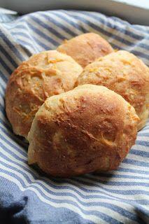 Hunajalla höystettyä: Laiskemman leipurin pehmät porkkanasämpylät