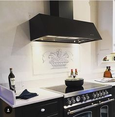 Svartlackad Aero i ett klassiskt kök från Kvänum.   Kvänumkök - Aero - Fjäråskupan - bertazzoni - svart - klassiskt - kök - kitchen - Vit -