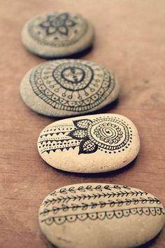 Gran idea para crear decoraciones únicas. Sólo necesitaras algunas rocas unicolor y un marcador sharpie. El límite es tu imaginación #diyroomdecor