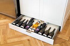 5-sertar pentru sticle cu vin montat sub dulapul dintr-o bucatarie mica