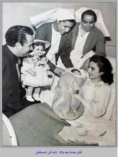 فاتن حمامة  مع زوجها في ذلك الوقت عز الدين ذوالفقار في المستشفي بعدما وضعت ابنتها نادية ذوالفقار .