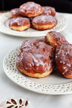 Domowe pączki na Tłusty Czwartek. Żółciutkie, delikatne, maślane. Idealne na drugi dzień (co jest rzadkością wśród pączków). Polane lukrem, nadziane ulubioną konfiturą. Te pączki nie twardnieją nawet na 3 dzień. #food #donuts #tlustyczwartek #foodporn #lukier #desery