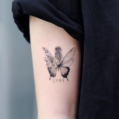 Photo by 타투이스트 달 on January A imagem pode conter: 1 pessoa, close-up Hand Tattoos, Cute Tattoos, Body Art Tattoos, Small Tattoos, Tatoos, Moon Tattoos, Tattoo Arm, Piercing Tattoo, Piercings