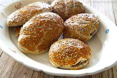 Met dit recept zet je een heerlijke mand vol glutenvrije paasbroodjes op tafel, waar iedereen van smult. Lekker knapperig en vol smaak. Bekijk recept >>