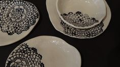 Vaisselle en faïence blanche et application de dentelle noire