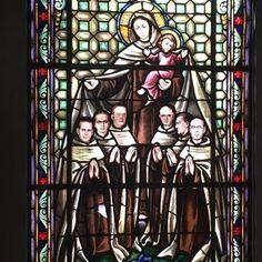 Este vitral representa a la Virgen del Carmen amparando a los frailes Carmelitas Descalzos que fundaron el convento de Managua en Nicaragua.