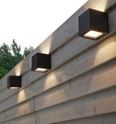 внешняя стена, квадратные аппликации на деревянной перегородке