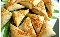 Indian - A kind of pea and potato samosas Popsicle Recipes, Snack Recipes, Indian Wedding Food, Indian Weddings, Restaurant Food Delivery, Traditional Indian Food, Food Concept, Order Food, Indian Dishes