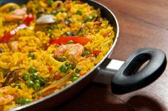 Aprende cómo hacer paso a paso uno de los platos más deliciosos que tiene la cocina española: la eternamente magnífica paella de marisco. Rice Recipes, Veggie Recipes, Great Recipes, Cooking Recipes, Favorite Recipes, Healthy Recipes, Portuguese Recipes, Rice Dishes, International Recipes
