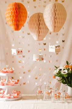 these fanciful hot air balloons to delight every party guest.Make these fanciful hot air balloons to delight every party guest. Baby Shower Balloons, Birthday Balloons, 1st Birthday Parties, Fiesta Shower, Shower Party, Bridal Shower, Pastell Party, Diy Party Dekoration, Party Deco