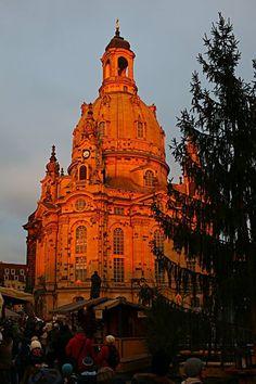 Die Frauenkirche in Dresden scheint im Licht des Sonnenuntergangs zu glühen.