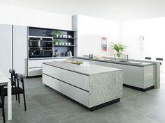 Küchen design hochglanzfronten marmor arbeitsplatte schwarze akzente