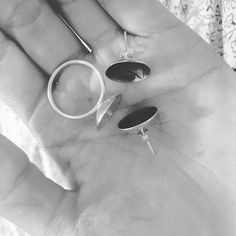 Náušnice a prsten už jsou na cestě dělat radost na Moravu. #radost #havefun #sperky #jewellerybyradkahlavackova #handmade #botanicaljewellery #silverjewellery #ficusreligiosa #texture #love