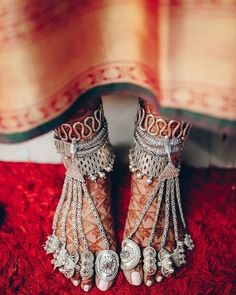 Panjebs or Payals in their traditional form, carry a traditional essence in them. These foot jewelry are one of its kind and amp up a bride's Mehendi clad feet, beautifying them in all their. Payal Designs Silver, Silver Payal, Silver Anklets Designs, Toe Ring Designs, Anklet Designs, Ankle Jewelry, Tribal Jewelry, Indian Wedding Jewelry, Indian Jewelry