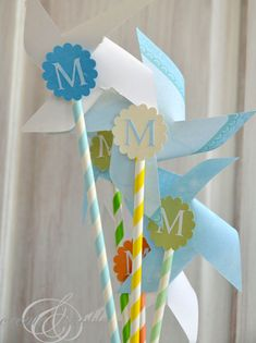 These DIY paper pinwheels are an adorable baby decoration. They're simple to make, can be made in all different colors, and they're super cute! Diy Paper, Paper Crafts, Diy Crafts, Baby Decor, Baby Shower Decorations, Summer Crafts, Crafts For Kids, Unisex Baby Shower, Origami