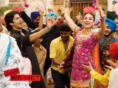 "Shahid Kapoor and Kareena Kapoor in the ""Nagada Nagada"" scene of ""Jab We Met"". Really fun song and dancing! Yash Raj Films, Film Academy, Fun Songs, Punjabi Wedding, Bollywood Wedding, Film Releases, Vintage Bollywood, Wedding Songs, Films"
