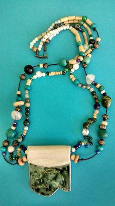 Collar colgante en cerámica, beads en soga fina marrón , cuarzos, madera, glasses y resina. CRIVÁT ..., Magisterio