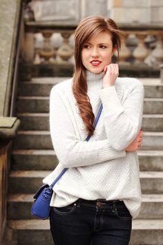 Winteroutfit | oversize sweater | grey | light grey | blue jeans | boots | brunette | girl | Fashion | Fashionblogger | Winterlook | pretty | red lips | rote lippen | blaue Umhängetasche | blue bag | royalblau | JustMyself