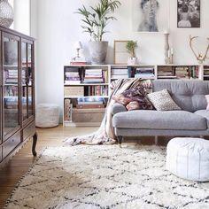 """Rug """"Hemos traído de Marruecos alfombras Beni Ouarain como esta. Tejidas por los bereberes del Atlas son mullidas y sobrias, con dibujos geométricos en crudo y…"""""""