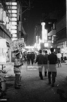Fotografía de noticias : A side street in Tokyo ablaze with lights, signs,...