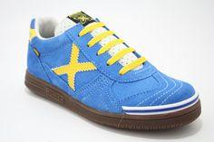Lage veterschoen blauw suede met gele details, van het merk Munich €79,95