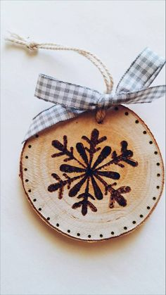 Homemade Christmas, Diy Christmas Gifts, Rustic Christmas, Christmas Art, Christmas Projects, Christmas Tree Ornaments, Christmas Decorations, Wood Slice Crafts, Wood Burning Crafts