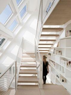 天窓のある明るく開放的なリノベーションハウスの作り付け本棚のある階段